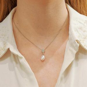 18ct white gold pearl and diamond drop pendant