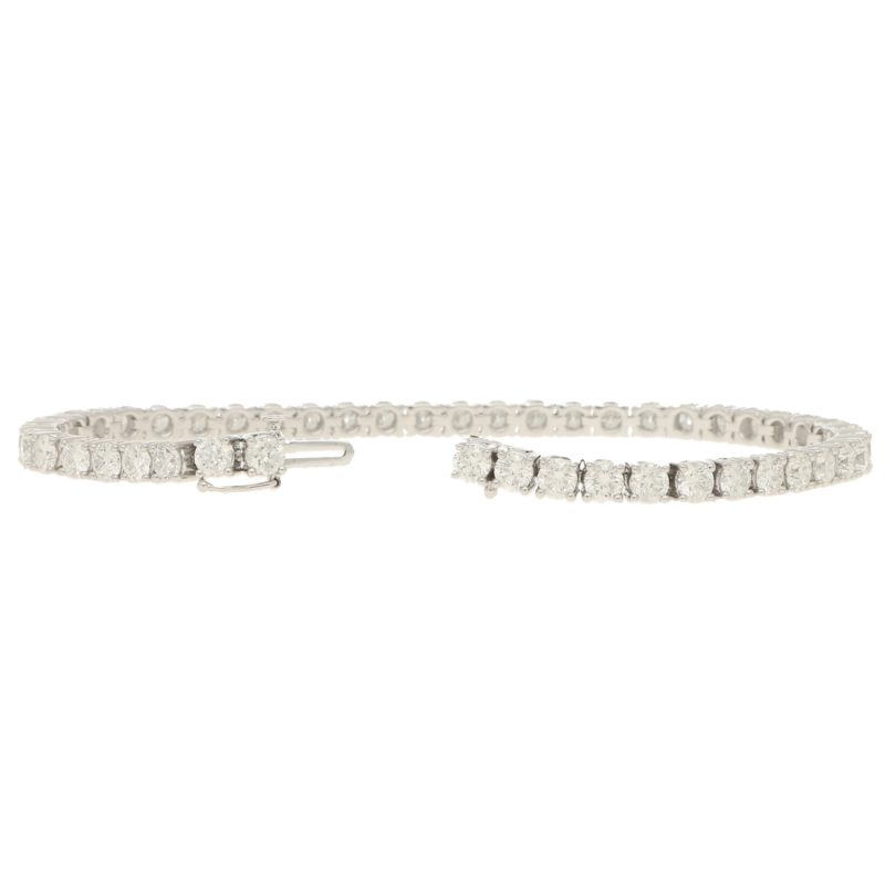 Diamond line bracelet in18k white gold.
