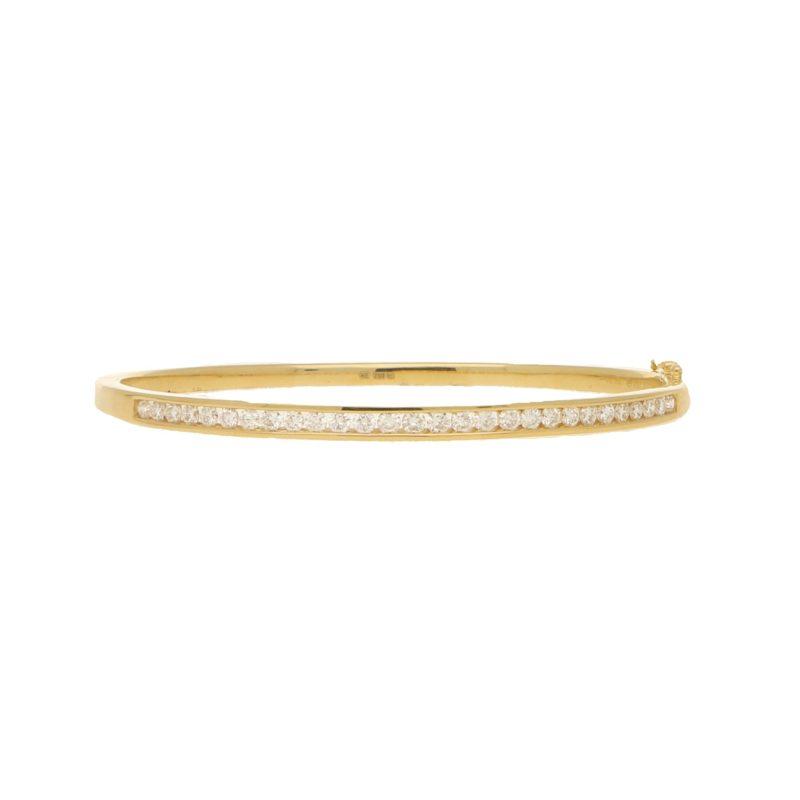 Diamond bangle in 18k yellow gold.